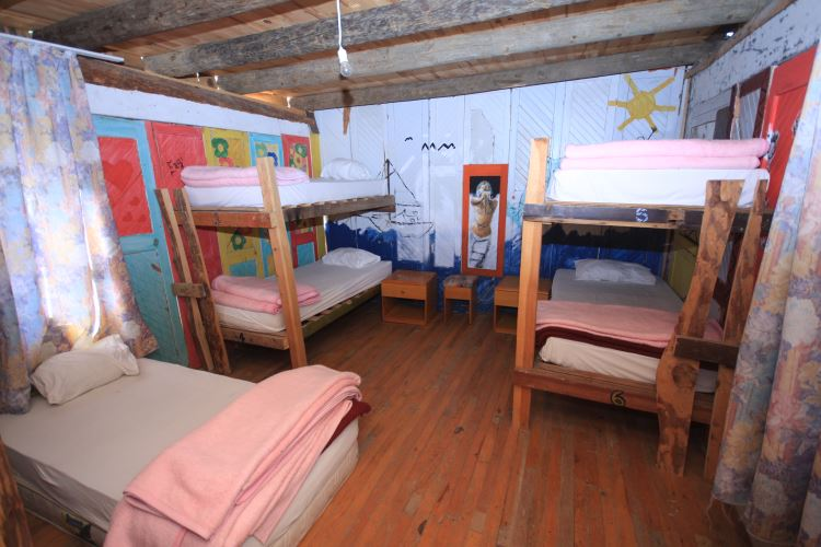 Ein bunt bemaltes Zimmer mit Stockbetten in Kadir´s Tree Houses in Cirali.