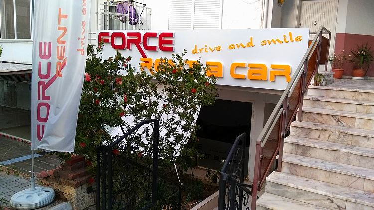 Eingang der Mietwagen-Firma Force Rent a Car in Alanya, Türkei.