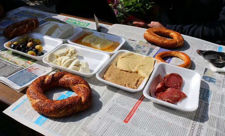 Pastirma, Menemen, Simit in kleinen Tellern